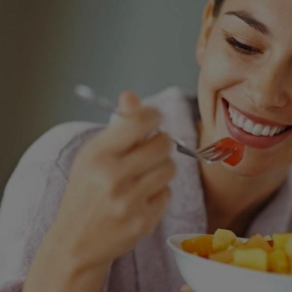 Mujer-feliz-al-comer-servicio